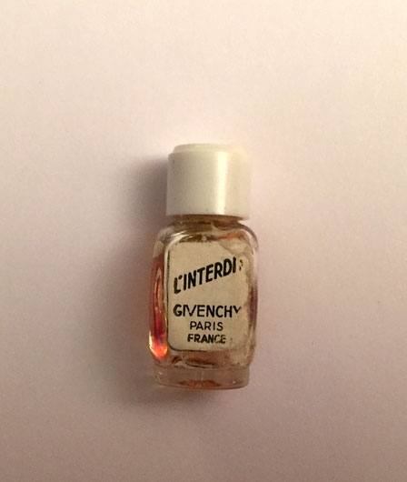 "L'INTERDIT - PARFUM 1 ML : ANCIENNE MINIATURE 1950 - OFFERTE SANS BOÎTE. LE VERSO DE L'ETIQUETTE COMPORTE LA MENTION ""NOT FOR SALE"""