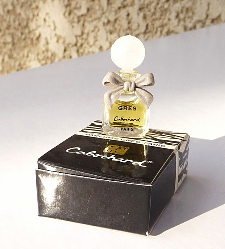 CABOCHARD - MINIATURE PARFUM 1,8 ML - NOEUD PLASTIQUE BEIGE CLAIR - DANS BOÎTE A RABAT