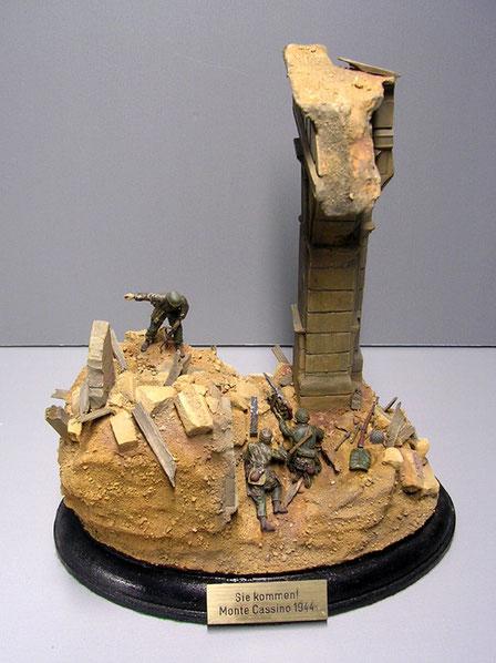 Das Diorama erreicht seine Wirkung durch die schmale Grundfläche und die extreme Höhe