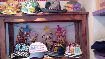 上の帽子はひも付きなので風に強いわよ!1995円~3045円