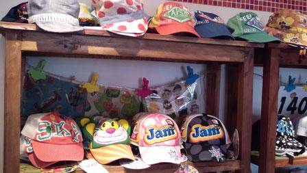 最近赤ちゃんの帽子がよく売れるのよ。1995円~2940円