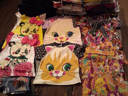 グラグラにゃんこちゃんTシャツ。キティパンダチェリーチュニック。とかよ。おそろいで来て愛情を前面に押し出すのも素敵かしらね!