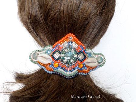 photo-headband-sur-tete-cheveux-blonds-mannequin-broderie-perles-plumes-fourrure-noire-topaze-bronze-
