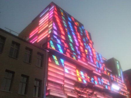 kieztour-kiezfuehrung.com - Lichtspiele an der Außenfassade des Klubhaus St. Pauli