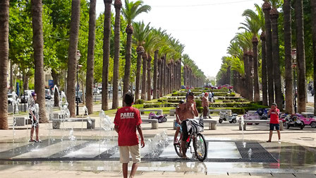 大きなメイン通りの「ハッサン2世通り」。中央にある歩道。噴水などあって散歩にちょうどいいですね。