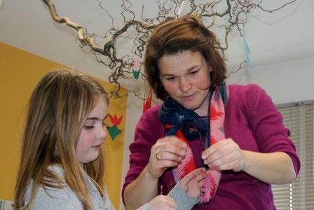 Gemeinsames Basteln, rechts Julia Winnen, unsere Pädagogische Leiterin
