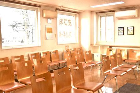 広々とした待合室で、診察までゆったりお待ちいただけます。