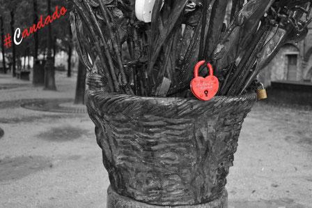 Cerrar el #candado y tirar la llave al río:una metáfora de la eternidad practicada por millones de enamorados.