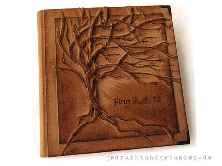 Personalisiertes Fotoalbum, Ledereinband Hardcover, Gestaltungstechnik Hochrelief Baum mit farblicher Nachbearbeitung