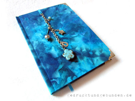 A5 Tagebuch für Mädchen Hardcovereinband Stoff Batik Blautöne, kleine Schmuckanhänger, Metallbuchecken