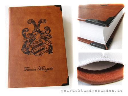 A4 Buch Hardcover Ledereinband cognacfarben 400 Seiten naturweiß Fadenheftung Branding Familienwappen und -namen, Metallbuchecken mattschwarz