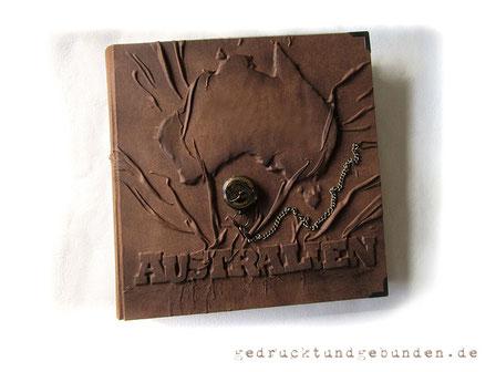 Australien XL Fotoalbum Hardcover Hochrelief Schriftzug Kontinent Australien Format 35cm x 35cm 100 Seiten Fotoalbum antikbraun Kompass mit Kette