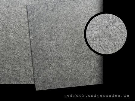 Spinnenpost weißlich transparentes Zwischenblatt mit Prägung Spinnennetz in Fotoalben mit schwarzen Innenseiten
