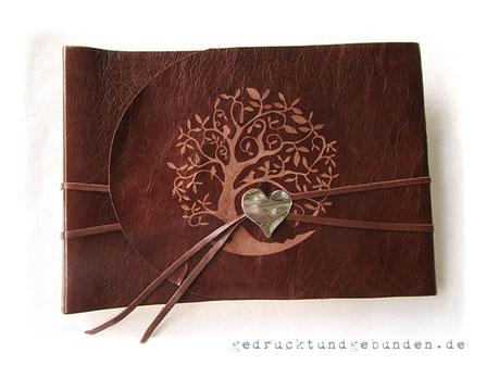 Individuelles Fotoalbum, Ledereinband Softover, Gestaltungstechnik Gravur Baum mit Buchverschluss Herz