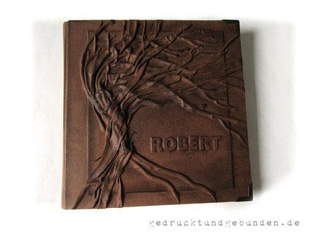 Erinnerungsalbum, Stoffeinband Hardcover, Gestaltungstechnik Hochrelief Baum und Flachrelief Name mit farblicher Nachbearbeitung