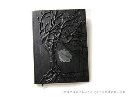 Trauerbuch, Stoffeinband Hardcover, Gestaltungstechnik Hochrelief Baum mit Applikation
