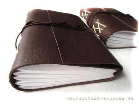 A5 Lederbuch, Softcover mit Überschlag gerade geschnitten, 5 Lagen a 24 Blatt = 240 Seiten, 160g-Papier weiß, Kreuzstichbindung, Leder glatt mittlere Narbung dunkelbraun warm