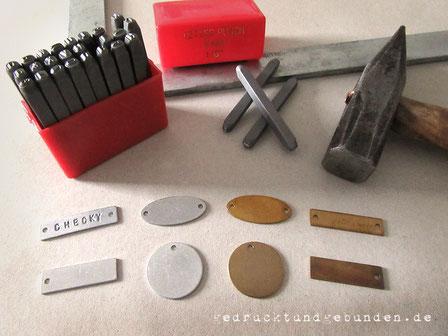 Personalisierung von Metallanhängern mittels Letter Punch