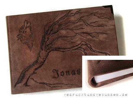 Hardcoverbuch A4 Querformat Bucheinband Leder braun 230 Seiten weiß Fadenheftung Branding Baum und Wolf nach Kundenvorlage und Schriftzug Name, Metallbuchecken dunkelbraun