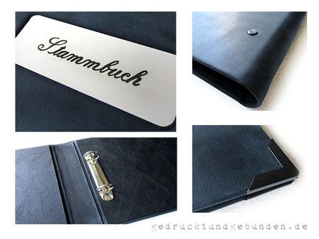 Ordner für A4 Querformat, Hardcovereinband Leder dunkelblau, 2-Ring-Mechanik, Schild mit Gravur, Eckenschutz mattschwarz