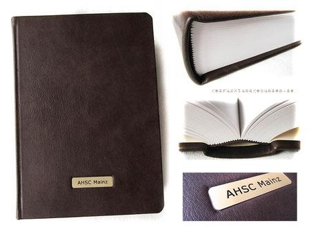 Lederbuch dunkelbraun A4 Hardcover 500 Seiten weiß Fadenheftung Metallschild mit Gravur