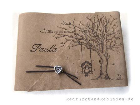Personalisiertes Fotoalbum, Ledereinband Softover, Gestaltungstechnik Brandmalerei Baum mit kurzem Buchverschluss Herz