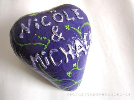 Herz Pappmaché liegend, individuell gestaltet, lackiert; 2 Öffnungen, oben und hinten; als Verpackung für Geldgeschenk zur Hochzeit, Geburtstag; ca. 25cm Durchmesser