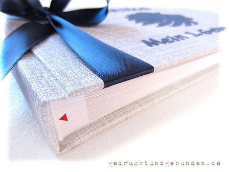 Fotogästebuch 1. Geburtstag Sternzeichen Löwe Applikationen Name Löwenkopf Format 21cm x 15cm 50 Seiten weiß Einband grau-weiß-meliert Schleife marineblau
