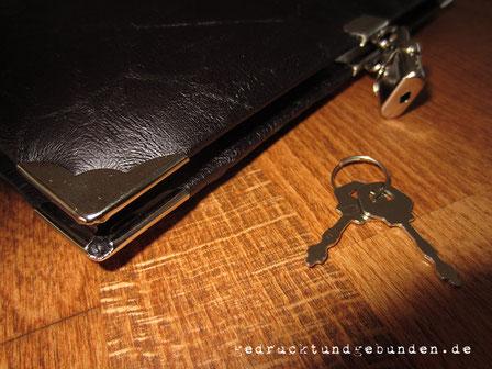 Tagebuch mit Buchschloss, Tagebuch zum Abschließen, Hardcover Stoffeinband dunkelrot schwarz, Nietknopf Templerkreuz altsilberfarben
