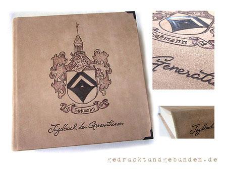 Lederalbum Hardcover 35cm x 35cm, 100 Seiten elfenbeinfarben, Leder rau natur-sand, Lederbranding Familienwappen und Schriftzug, Eckenschutz