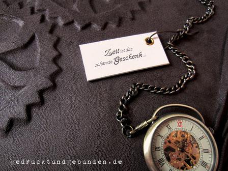Fotoalbum Stoffeinband Hardcover Einbandgestaltung Relief Zahnräder, Taschenuhr mit Kette und Druck auf Karton gezogen mit Hohlniet