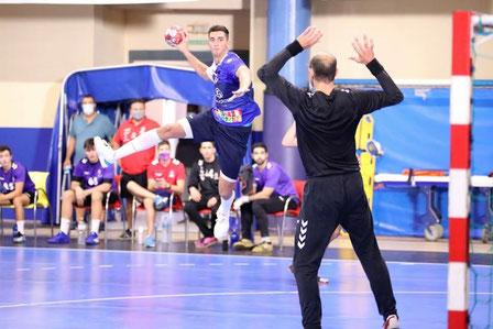 Josep Folqués lanzando a la portería de José Javier Hombrados  / Foto: Edwin van't Hek