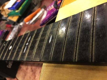 ギターのフレットが全て外れたネック