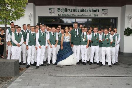 Jungschützen mit Königspaar und Vizekönig beim Schützenfest 2016