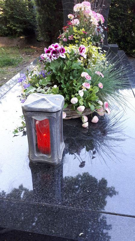 Ein Grablicht auf dem Friedhof