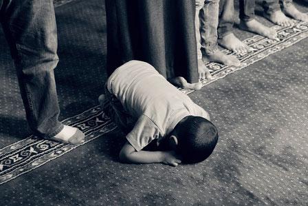 Fotoquelle: https://pixabay.com/de/kind-beten-muslimischen-islam-1077793/