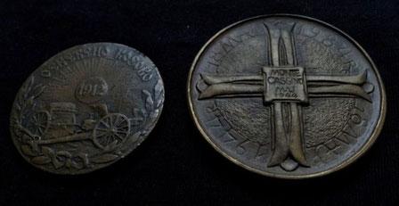 Zwei historische Bronzemedaillen: links aus Serbien zur Eroberung des Kosovo (1912) und rechts aus Polen zum 40. Jahrestag der Schlacht um Monte Cassino (1984).