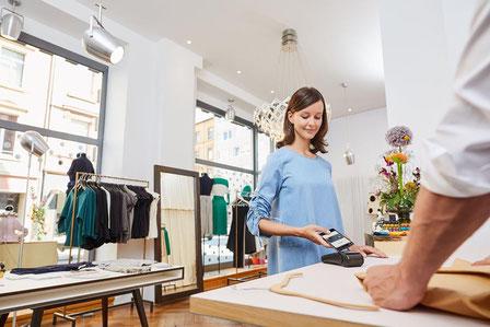 Millionen Verbraucher haben mittlerweile die Möglichkeit, im Laden oder online mit dem Smartphone zu bezahlen.  Foto: djd/Mastercard
