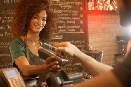 Nicht immer muss es Bargeld sein: Beim Bezahlen in Geschäften, Restaurants oder beim Online-Shopping können Verbraucher heute aus zahlreichen Alternativen auswählen.  Foto: djd/Deutscher Sparkassenverlag
