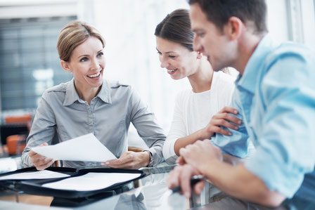Bankkunden können das Gespräch mit ihrem Berater oder ihrer Beraterin suchen und eine Umschichtung von Geldern in rentable Anlageformen mit vertretbaren Risiken erwägen.  Foto: djd/BVR/Getty