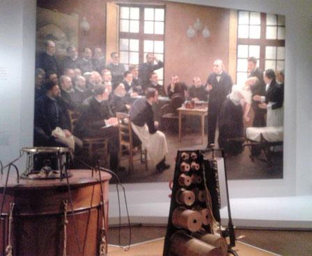 Exposition Freud à Paris, MahJ, entrée avec tableau de Brouillet et baquet de Mesmer