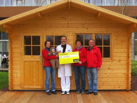 Dr. Josef Emhofer vor der mit Spendengeldern neu errichteten Gartenhütte
