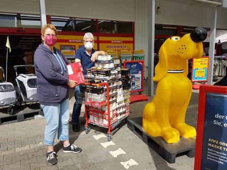 Annette und Werner mit Futterspende vor dem Futterhaus., Foto: Oetken