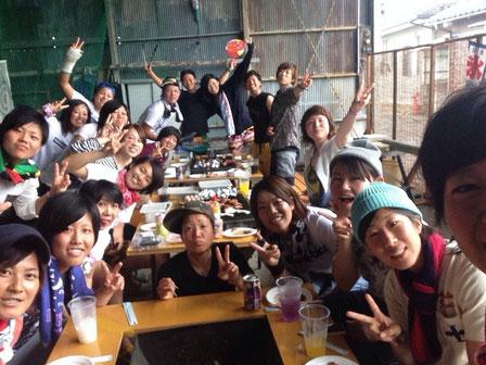 (1番奥左)伊藤選手とチームのみんな