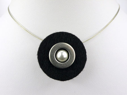 Halskette mit Filzanhänger schwarz