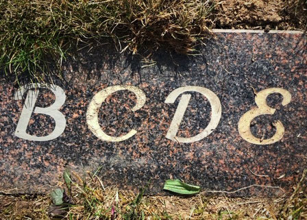 Grabplatte Rasenplatte Schrift verblasst Farbe selbst erneuern