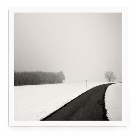 """""""Curve In Snow"""" Art Print. Schneelandschaft mit Straße im minimalistischen Stil in schwarz-weiß, getönt."""