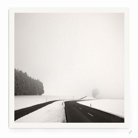 """""""Two Ways"""" Art Print. Schneelandschaft mit Straßen in schwarz-weiß, getönt."""