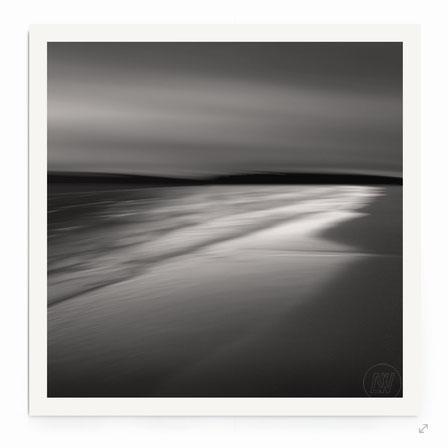 """""""Dreamscape B9"""" von Lena Weisbek. Abstrakte Strand-Landschaft bei Abendlicht in schwarz-weiß.."""