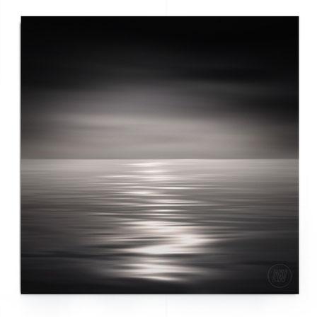 """""""Flowing Light"""" von Lena Weisbek. Abstrakte Strand-Landschaft bei Abendlicht in schwarz-weiß.."""